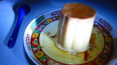 Un flan (Xic Eseyosoyese (Juan Antonio)) Tags: un flan lala volteado y servido en plato de porcelana china con una cuchara azul ceramica noche luz alimento leche caramelo sencillez color canon powershot sx170is