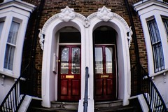 London (c-u-b) Tags: reisefotografie travelphotography london grosbritannien greatbritain england europe europa architektur architecture city stadt städtisch tür door diana20mmfisheye diana dianadigital