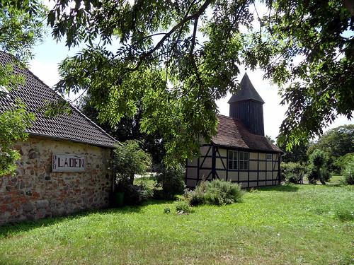 Burg Klempenow - Torhaus und Kirche