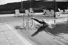 splash (gorbot.) Tags: summer blackandwhite dive swimmingpool piazzaarmerina canoneos5d nikonfmount silverefex carlzeisszf50mmplanarf14 agriturismogigliotto