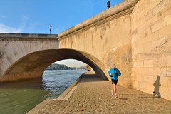 Paris Quai des Tuileries / Pont Royal : The runner (Pantchoa) Tags: paris france seine lens nikon running tokina runner quai wideanglelens quaidestuileries d7100 ledefrance objectifgrandangle {potd