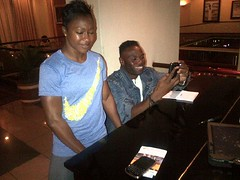 The piano man wanted to take a pic with Jet and she gave him more than that...she got on the keys and gave him a solo lol