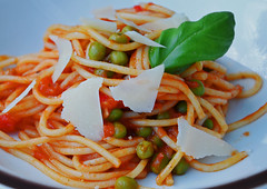 Schauerwetter = Kchenwetter (niedersachsenfoto) Tags: spaghetti paprika parmesan tomate zwiebel basilikum erbse niedersachsenfoto