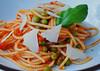 Schauerwetter = Küchenwetter (niedersachsenfoto) Tags: spaghetti paprika parmesan tomate zwiebel basilikum erbse niedersachsenfoto