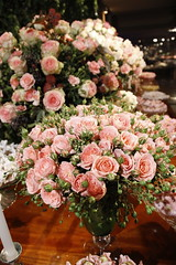 Mesa de doces (Flor e Forma) Tags: pink flowers wedding roses white flores verde green branco decoration creme tulip casamento rosas decorao corderosa tulipa mesadedoces buffetfrana florforma floreforma rosaspray