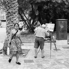 Film: The Painter and the Public (rafa.esteve) Tags: 1x1 film ilfordfp4plus125 blackandwhite blackwhite street streetphotography painter painting