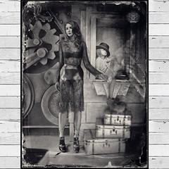 Ира и Соня. Семейный Портрет. Irina & Sonia. Family Portrait. Амбротип размером 30Х40 сантиметров. Серебро на прозрачном стекле, оборот-чернение. Объектив Dallmeyer 4A #вашпортрет #портретназаказ #портрет #учуфотографировать #учуфотографии #ambrotype #amb