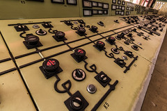 Das Kraftwerk 04 - an den Knpfen der Macht... (ho4587@ymail.com) Tags: lostplace verlassen abandoned alt kaputt kraftwerk kohle technik steuerung zentrale schalter elektrik knpfe