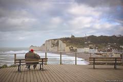 Il romantico panorama di Etretat (Matteo Rinaldi.it) Tags: romanticismo coppia fidanzati amore love etretat normandia francia scogliere spiaggia mare