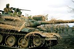 Type 74 (Broń Pancerna) Tags: asianfareastorigin asiatiquedelextrêmeorient battledress camouflage casque charmilitaire extérieur exterior groupofpeople groupe helmet homme18à25ans homme25à45ans japanesenationality japonaisnationalité looksee machinegun man18to25years man25to45years mitrailleuse nofaces paille processed regarder ruralzone soldat soldierarmy straw tankmilitaryvehicle tenuedecombat uniform uniforme zonerurale japan