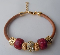 Pulseira Berloques Vermelhos (Ateli Primavera) Tags: pulseira strass pedraazul berloques pedrarias pulseirasdouradas