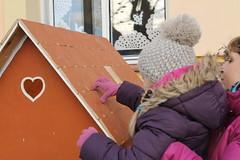Picking a tile off the Pernkov chaloupka (elPadawan) Tags: advent christmasmarket czechrepublic 2013 luecnadvltavou 1201jrmark