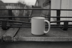 Weichselstrasse, Berlin - Kaffee (tom-schulz) Tags: eosm3 soligor2828 monochrom bw sw herbst berlin kaffee tasse