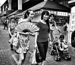 Hot in Singapore  (-Faisal Aljunied-) Tags: faisalaljunied ricohgr singapore streetphotography paperfan