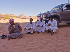 Macht mal Pause / Have a break (schreibtnix) Tags: reisen travelling jordanien jordan landschaft landscape wste desert wadirum menschen people pause break mahlzeit meal olympuse5 schreibtnix