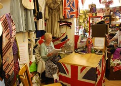 La Vendedora Inglesa (Fernando Mandujano) Tags: uk england woman london mujer market british anciana unionjack dama saleswoman vendedora britnica englishlady englishwoman britishsign englishsaleswoman vendedorainglesa