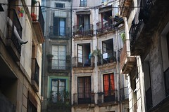 « La proximité installe, à la longue, une étrange distance. » (Coraline Derré) Tags: rue espagne barcelone immeuble quartier voisin proximité