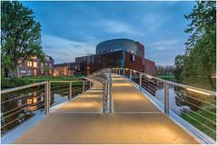 Theather De Spiegel/Odeon te Zwolle (nldazuufotografeert.com) Tags: bluehour goldenhour zwolle overijssel theather despiegel odeondespiegel blauwekwartier burgerlijkeschemering fujixa1 blauweuurt spinhuisbrug