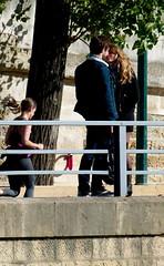 Photo imparfaite du moment parfait (Ali Devine) Tags: amoureux baiser quaisdeseine joggeuse
