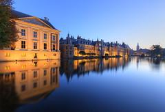 Blauwe uurtje in Den Haag (Rob Kints (Robk1964)) Tags: denhaag mauritshuis binnenhof hofvijver innercourt nederland night pond reflections thehague thenetherlands