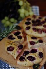 Focaccine con uva, rosmarino e timo 5 (Giovanna-la cuoca eclettica) Tags: lievitati pizzeefocacce frutta uva food stilllife
