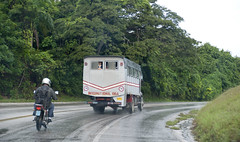Pasando las lomas de Sante Fe en Camajuaní, una mañana de lluvia. (lezumbalaberenjena) Tags: camajuani camajuaní villa villas clara cuba 2013 carretera fe lomas lezumbalaberenjena