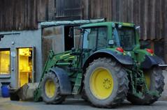 Milchkche (Controlling und Verkauf)  und JD 653 John Deere Traktor (eagle1effi) Tags: tractor sign emblem logo mark brand johndeere iso1600 autohdr funlogo johndeere6430premium travelerzoom tz41 panasoniclumixdmctz41