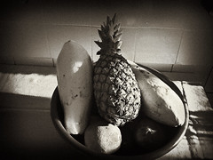 B&W Frutas (wilmd) Tags: world road lighting street old light blackandwhite bw sun motion color eye art glass silver photography star blackwhite high exposure angle spectrum image earth object wildlife explorer country creative picture culture illumination pb bn creation reflect fotos only brazilian popular effect technique pretoebranco bh brancoepreto luminosity vision:mountain=0808 vision:sky=0601 vision:clouds=0722 wilmd abacaximamo wilsonbh