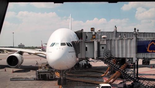 エミレーツA380機体正面から
