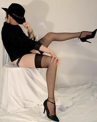 chapeau noir V (laradivilsa) Tags: woman stockings mujer legs femme bas medias jambes piernas