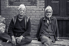 Nepelase Elderlies in Bhaktapur (terbeck) Tags: street old travel nepal shadow blackandwhite sun senior reisen asia asien alt sw nepalese granny bhaktapur rentner schwarzweis nikond90 terbeck