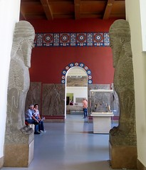 Pergamon Museum in Berlin - Gate to Assyrian room (Sokleine) Tags: sculpture animals porte gate antiquities archeology pergamonmuseum museum musée berlin deutschland germany allemagne red rouge lamassu assyrian history double deux two zwei