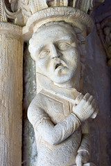 Statue représentant un homme s'égorgeant (zigazou76) Tags: statue abbaye couteau décapitation saintmartindeboscherville décapiter égorger égorgement saintgeorgesdeboscherville