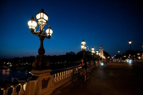 Dans la soirée sur le pont Alexandre III