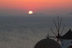 Oia Sonnenuntergang #1 (gelbclau) Tags: meer sonnenuntergang urlaub griechenland santorin oia windmhle mittelmeer kykladen fotoreise