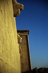 Ägypten 1999 (513) Tempel von Dendera (Rüdiger Stehn) Tags: tempel afrika ägypten egypt nordafrika 1999 winter urlaub dia analogfilm scan slide 1990er oberägypten 1990s südägypten aṣṣaʿīd diapositivfilm analog kbfilm kleinbild canoscan8800f canoneos500n 35mm misr مصر altägypten altertum archäologie antike sakralbau bauwerk historischesbauwerk archäologischefundstätte ägyptologie ruine dendera tempelvondendera tempelanlage hathortempelvondendera relief dandarah دندرة unescoworldheritagenomination welterbe unescowelterbenominierung