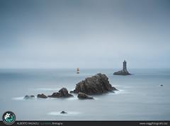 Phare de la Vieille: La Pointe du Raz. (AlbertoRagnoli) Tags: phare vieille pointe bretagna long exposure seascape sea ocean blue blu rocks pharedelavieille pointeduraz bretagne brittany