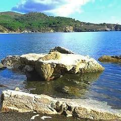 http://ift.tt/1NHxzN3 Buongiorno dalla spiaggia di #Margidore vicino #lacona a #capoliveri. Lo scoglio  il pi gettonato della spiaggia, Trampolino per i bimbi, Solarium per chi arriva prima e salotto nel tardo pomeriggio. Foto di Claudine Astoin. Contin (isoladelbaapp) Tags: isoladelba elba visitelba portoferraio porto azzurro capoliveri marciana marina di campo rio