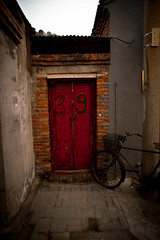39 (Choollus) Tags: china door travel red bike rojo alley nikon asia beijing porta bici porte hutong rosso 39 cina chine pekin pechino rouje nikond700