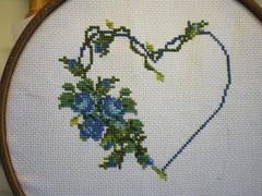 Cuore e rose blu (valeriagiuliano) Tags: quadro disegno croce bomboniera cuscino calza ricamo bavetto ricamoapuntocroce valeriagiuliano diarteinarte