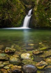 Doble foco (Ahio) Tags: water river landscape waterfall stream asturias paisaje cascada cangasdeons 31mm smcpentaxfa31mmf18allimited vertorama zardn pentaxk5 rozardn