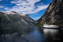 """Paraso Nrdico"" (JJSantosphoto) Tags: fiorde geiranger fjord barco navio mar oceano jjsantos jjsantosphoto travel viagem canon norway noruega penhasco rochedo alesund norge neve pico"