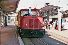 Diesellomokotief Aurich van de Borkumer Kleinbahn rijdt station Reede binnen