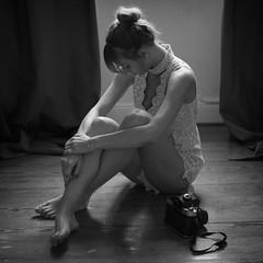 494 (Daniel Hammelstein) Tags: bw blackandwhite monochrome schwarzweis fotografie availablelight dark grain filmlook lookslikefilm alienskin beauty woman sensual soul lumix camera gx8 danielhammelstein bonn fotograf portrait