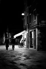Compagni di viaggio (Something Sighted) Tags: venice venise venezia streetphotography night nocturne nuit lesoir lanotte blackandwhite noiretblanc fujifilmxt1 lightanddarkness scnederue