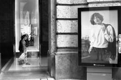 Milano (Valt3r Rav3ra - DEVOted!) Tags: nikonf90x nikon bw biancoenero blackandwhite ilfordhp5 analogico film 35mm valt3r valterravera visioniurbane urbanvisions streetphotography street persone people pubblicit vetrina