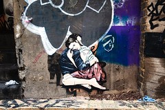 Unknown Couple (Florian Btow) Tags: london uk united kingdom england great britain city sign art graffiti couple hugging