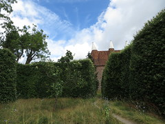 Great Dixter (Dubris) Tags: england eastsussex northiam greatdixter christopherlloyd garden hedge oasthouse