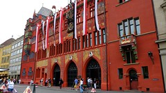 Basel-2016_14 (rhomboederrippel) Tags: rhomboederrippel fujifilm xe1 2016 basel switzerland citycentre citycenter old townhall gothic architecture flag red