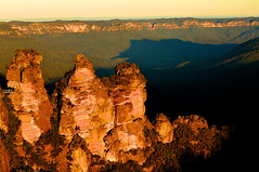 Three Sisters at Sunset (kieranburgess) Tags: blue trees sunset mountains beauty forest carpet golden rocks glow scenic rocky australia cliffs formation threesisters newsouthwales katoomba endless 3sisters